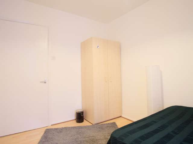 Practical room in 2-bedroom flat in Camden, London