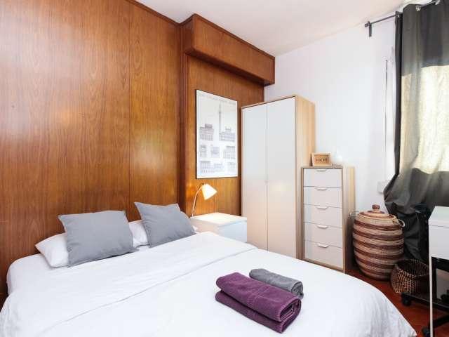 Bright room for rent in 4-bedroom apartment, Horta-Guinardó