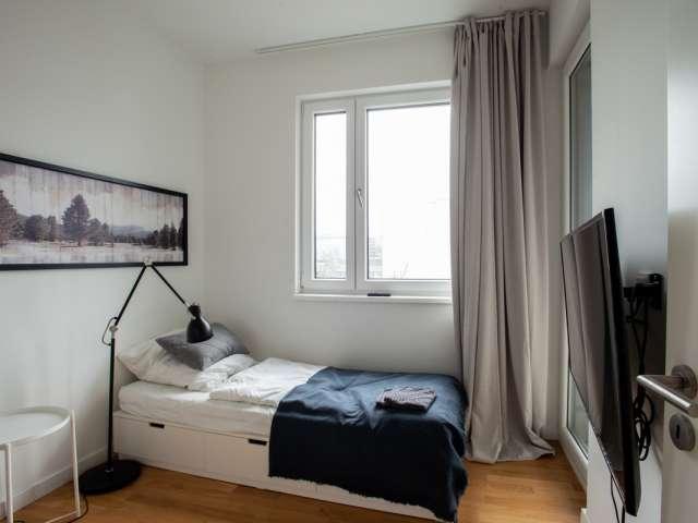 Balkonzimmer in Wohnung mit 5 Schlafzimmern in Mite, Berlin