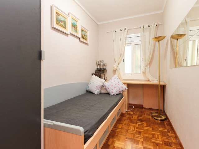 Room for rent in 3-bedroom apartment in Sant Andreu