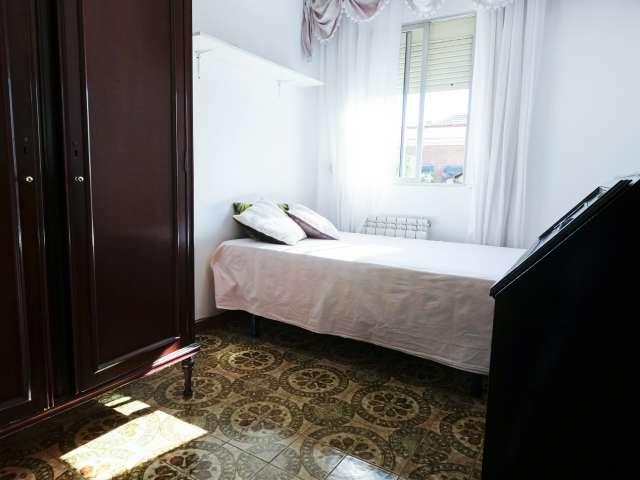 Tidy room to rent in 3-bedroom apartment, Puente de Vallecas