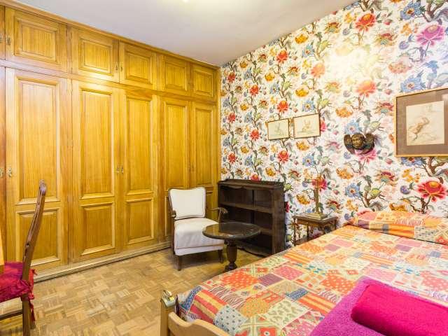 Encuentre una habitación en un apartamento de 4 dormitorios en Salamanca, Madrid