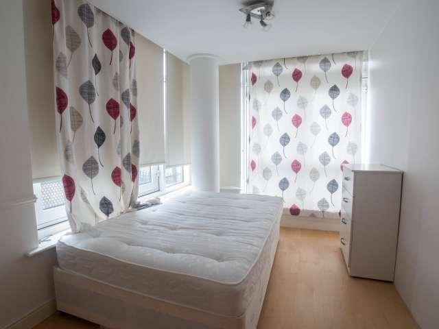 Big room in 4-bedroom flat in Isle of Dogs, London