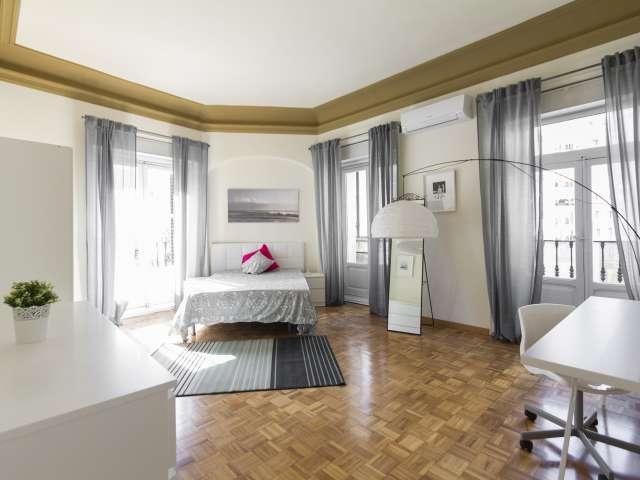Stilvolles Zimmer zu vermieten, 11-Zimmer-Wohnung, Malasaña Madrid
