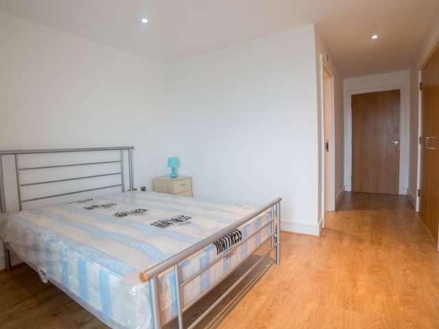 Ample room in 3-bedroom flat in Poplar, London