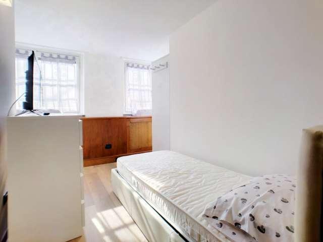 Stanza accogliente in affitto in appartamento con 8 camere da letto in Centro