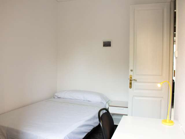 Spacious room for rent in 4-bedroom apartment in Les Corts