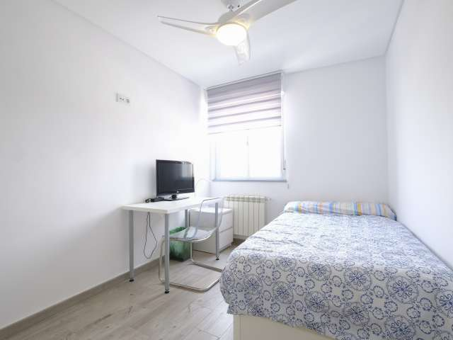 Sunny room in 7-bedroom apartment in Aluche, Madrid