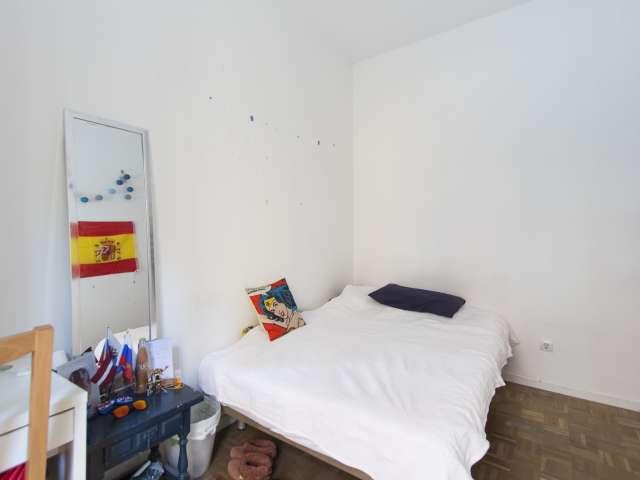 Helles Zimmer in einer 4-Zimmer-Wohnung in Latina, Madrid