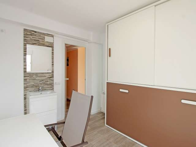Great room in 4-bedroom apartment by Sant Martí