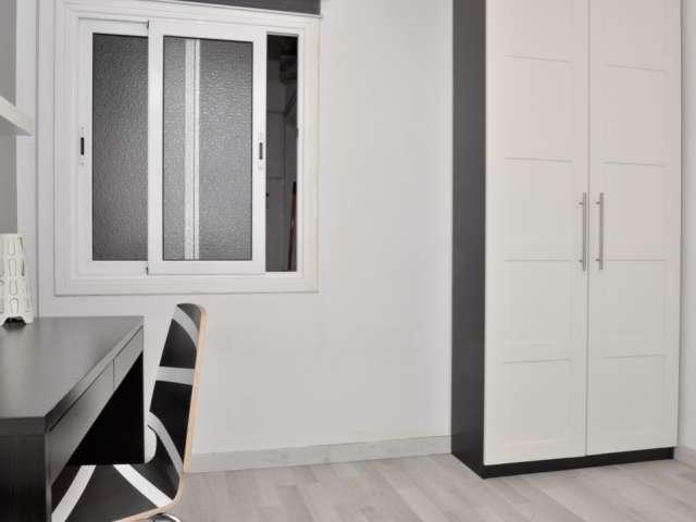 Comfortable room in 3-bedroom apartment in La Teixonera