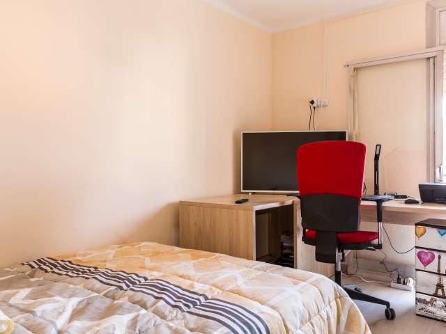 Room for rent in 3-bedroom apartment in La Salut, Barcelona