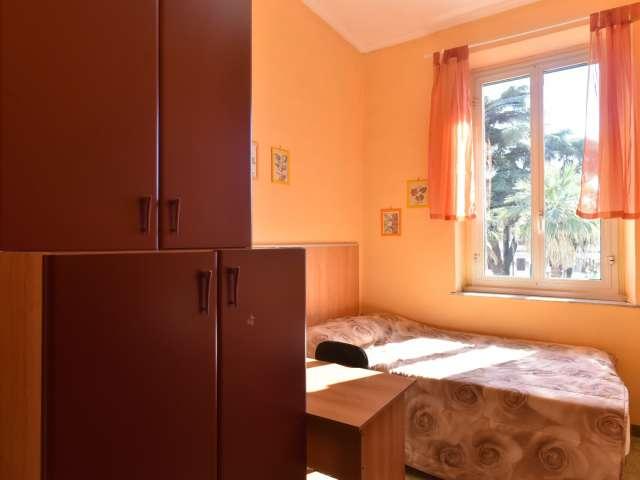 Habitación luminosa con espacio de almacenamiento en el apartamento en Testaccio, Roma