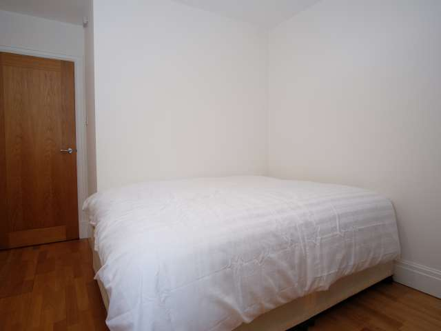 Ample room in flat in Earls Court, London
