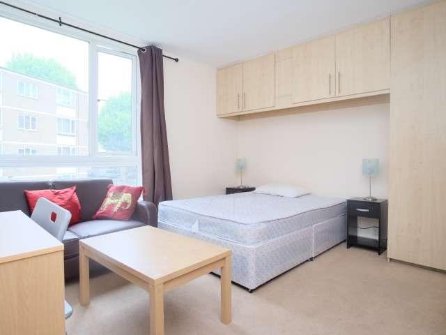 Huge room in 3-bedroom flatshare in Hammersmith, London