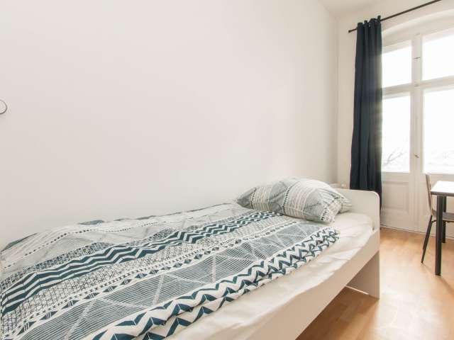 Helles Zimmer zur Miete in einer Wohnung mit 5 Schlafzimmern in Berlin