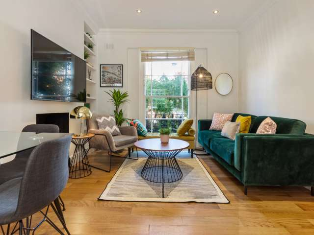 Chic 4-bedroom flat to rent in Belsize Park, London