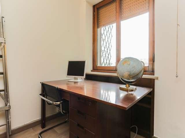 Lovely room for rent, 6-bedroom apartment, Navigli