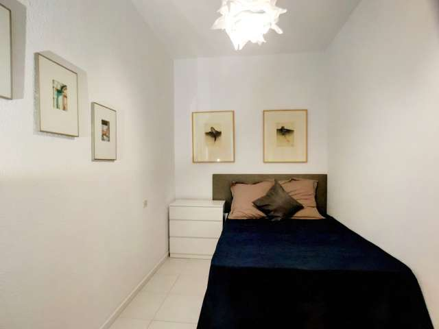 Room with ensuite in 8-bedroom apartment in Madrid