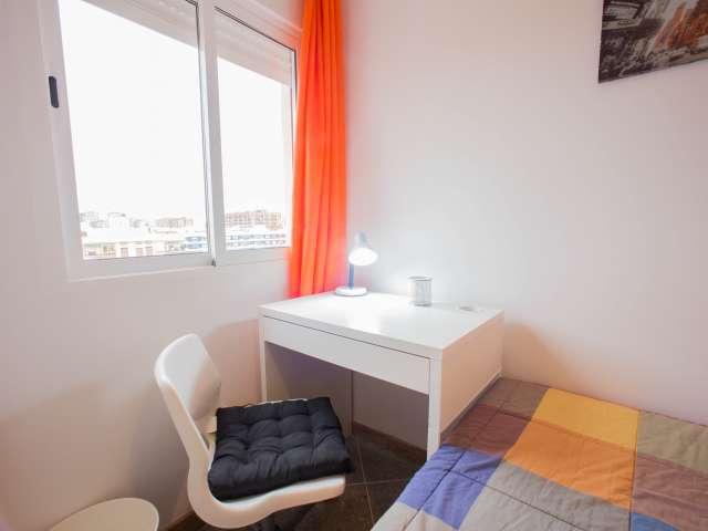 Habitación ordenada en un apartamento de 4 dormitorios en Camins al Grau, Valencia