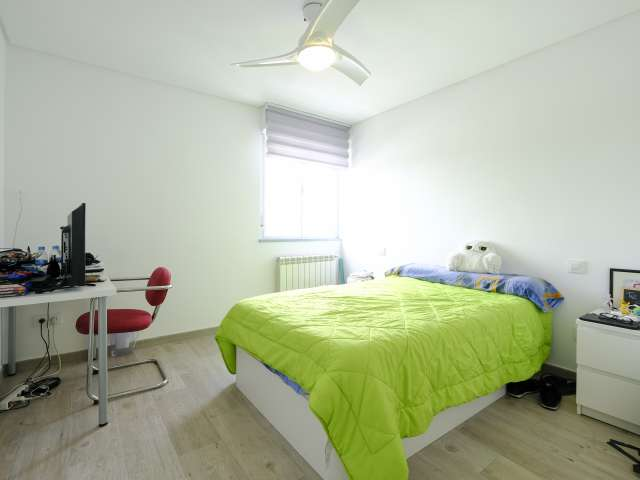 Spacious room in 7-bedroom apartment in Aluche, Madrid