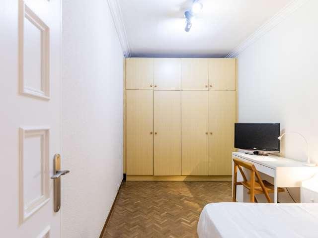 Room for rent in 2-bedroom apartment in Eixample Dreta