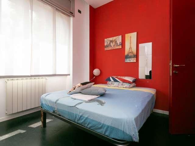 Camera artistica in affitto in appartamento con 4 camere da letto a Navigli, Milano