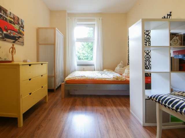 Farbenfrohes Zimmer in einer Wohnung in Reinickendorf, Berlin