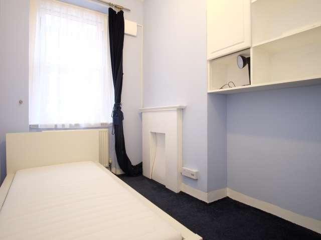 Cozy room in 3-bedroom flatshare in Camden, London