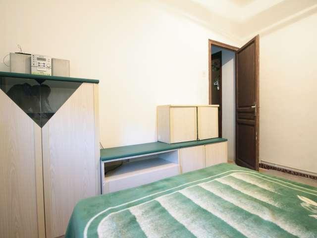 Room for rent, 3-bedroom apartment, Gràcia, Barcelona