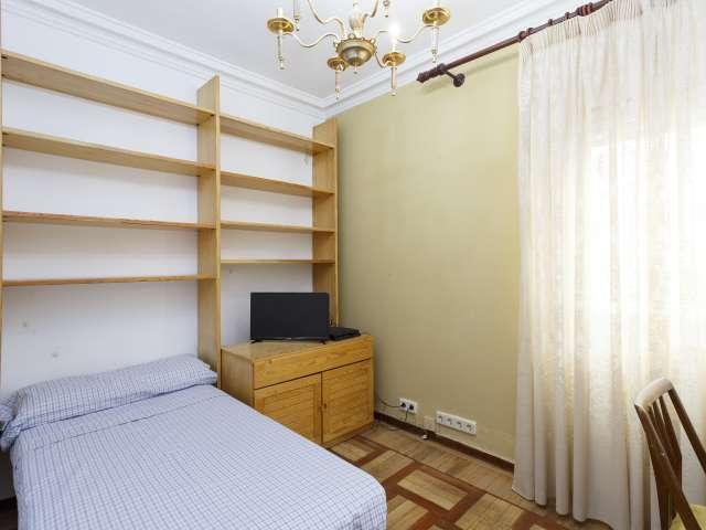 Grande chambre dans un appartement de 4 chambres à coucher à Tetuán, Madrid