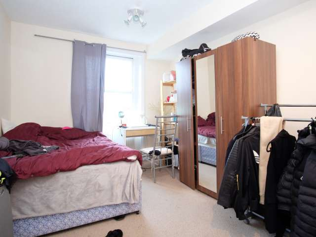 Furnished room in flatshare in Shepherds Bush, London