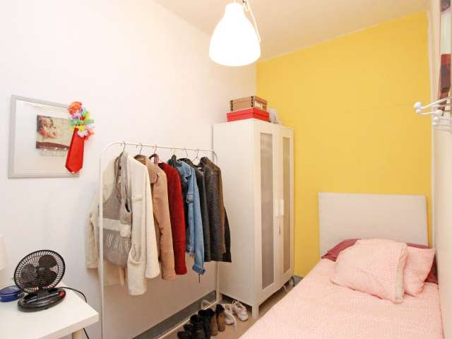 Equipped room in 5-bedroom apartment in Gràcia, Barcelona