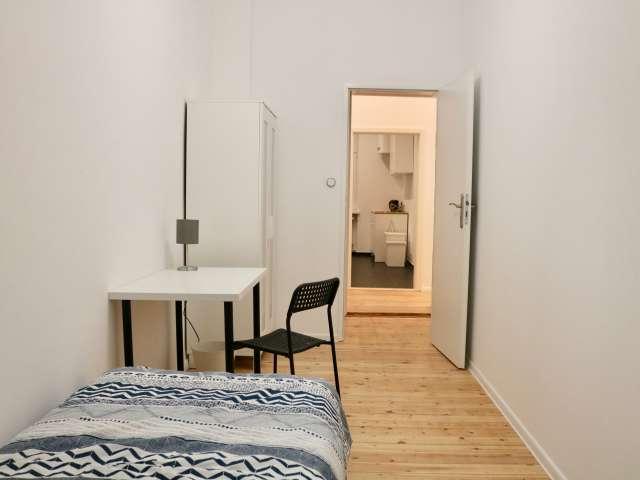Gemütliches Zimmer in 5-Zimmer-Wohnung in Charlottenburg, Berlin