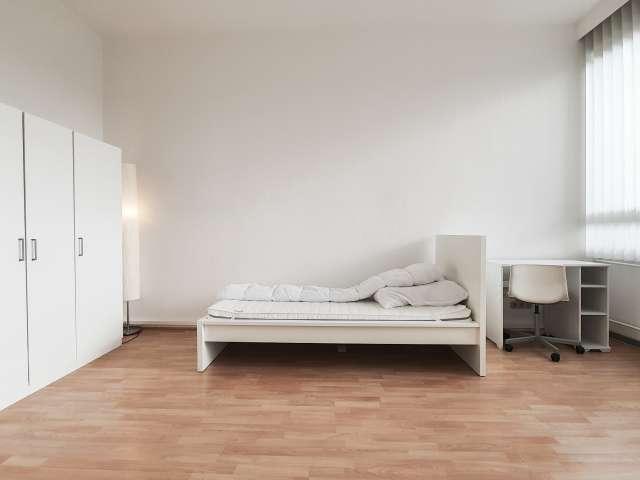 Gemütliches Zimmer in einer Wohnung mit 2 Schlafzimmern in Charlottenburg