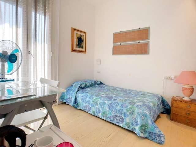 Stanza ordinata in affitto in appartamento con 3 camere da letto a Sempione, Milano
