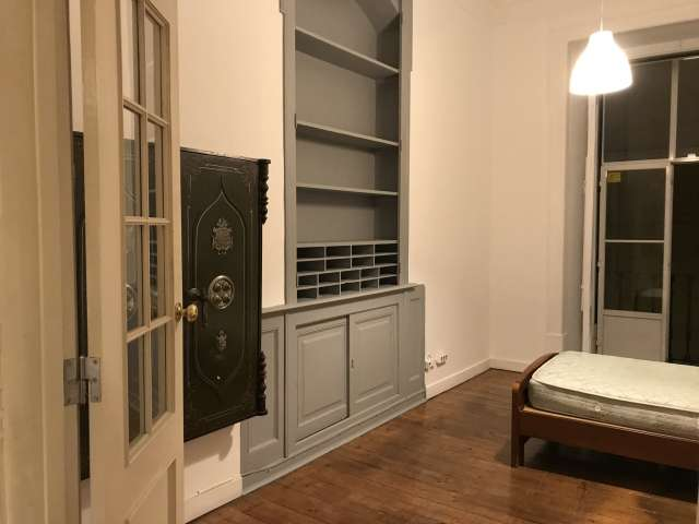 Room for rent in 3-bedroom apartment in Santa Maria Maior