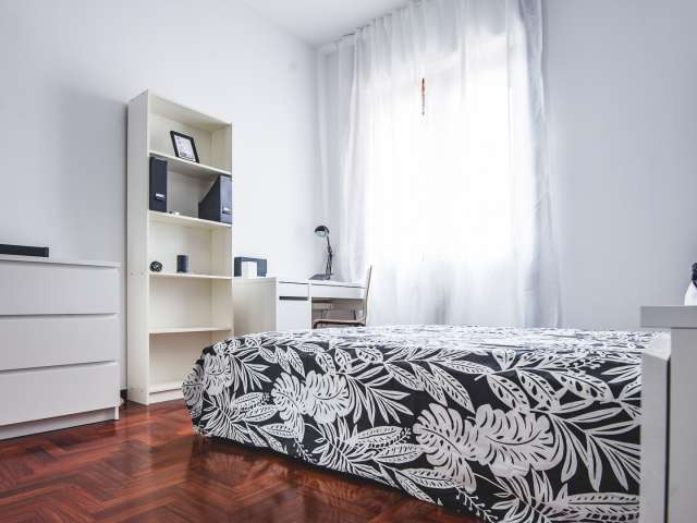 Fantastica camera da letto in affitto in appartamento con 4 camere da letto a Niguarda
