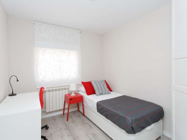 Room for rent in 4-bed apartment in Cuatro Caminos, Madrid