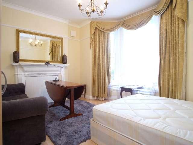 Spacious room in 3-bedroom flatshare in Camden, London