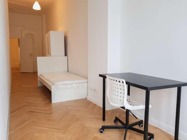 Helles Zimmer zur Miete in 6-Zimmer-Wohnung in Neukölln