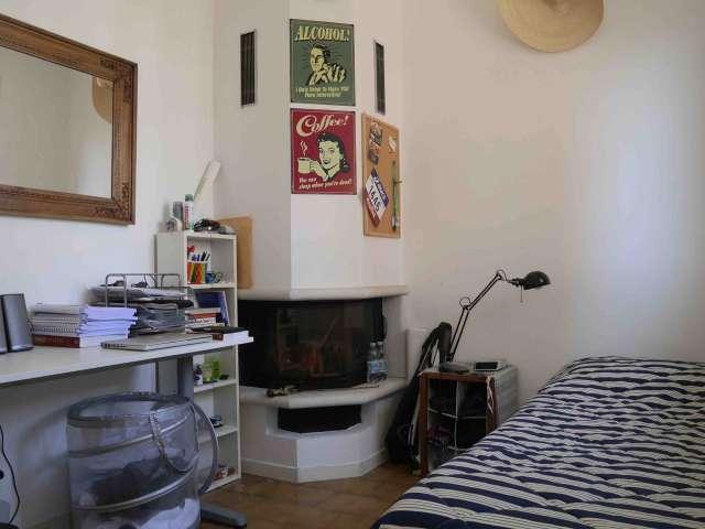 Camera moderna in appartamento con 2 camere da letto a Porta Romana, Milano