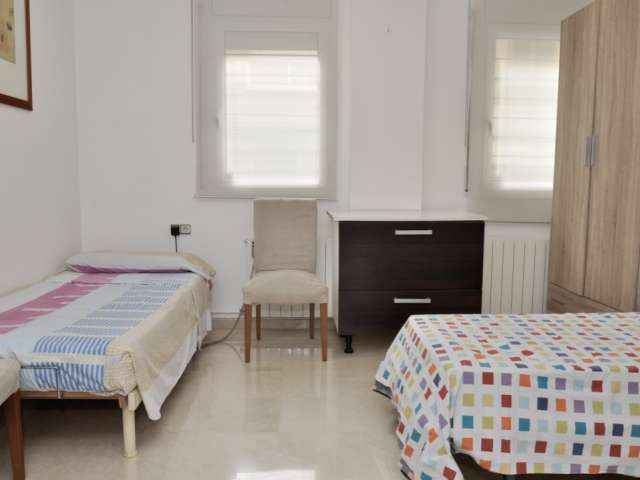 Luminous room in 3-bedroom apartment in Badalona, Barcelona