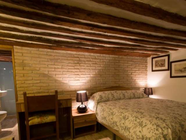 Equipped room in 5-bedroom apartment in Sol, Madrid
