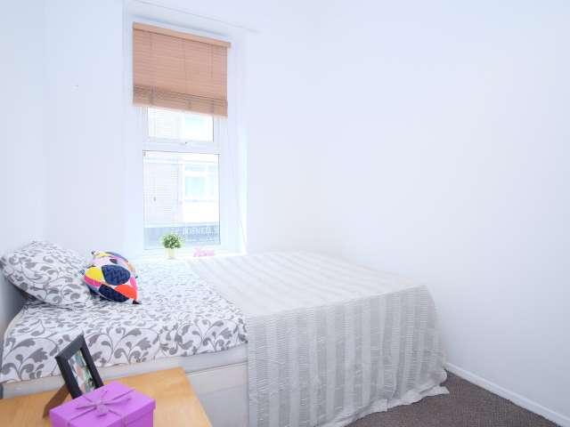 Room to rent in 3-bedroom apartment in Camden, London