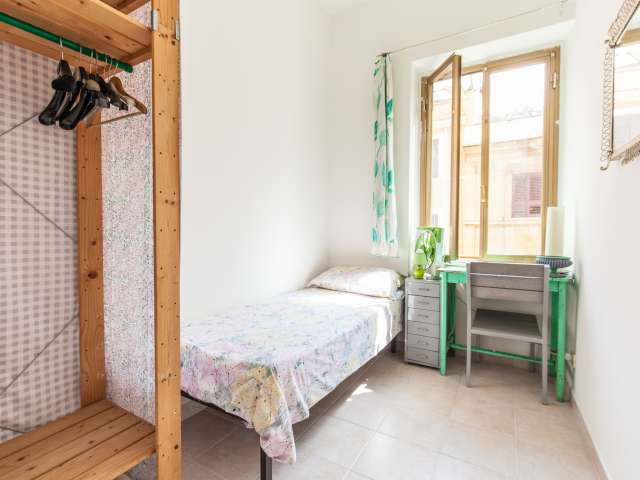 Stanza condivisa in appartamento con 4 camere da letto a Pigneto, Roma