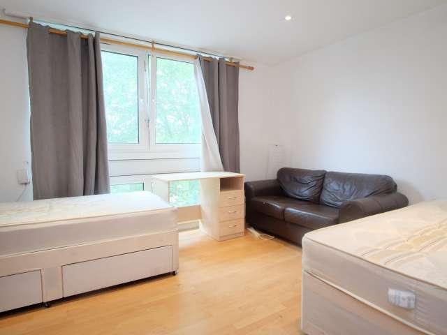 Inviting room in flat in Shepherds Bush, London
