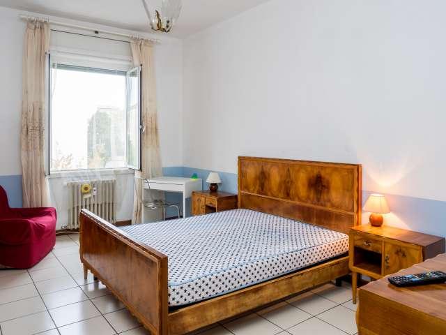 Ampia camera in appartamento con 2 camere da letto a Portello, Milano