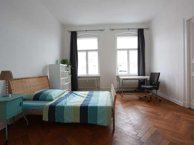 Geräumiges Zimmer, 5-Zimmer-Wohnung in Charlottenburg, Berlin