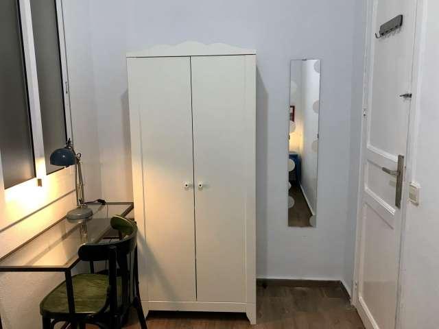 Room for rent in 6-bedroom apartment in Eixample Dreta